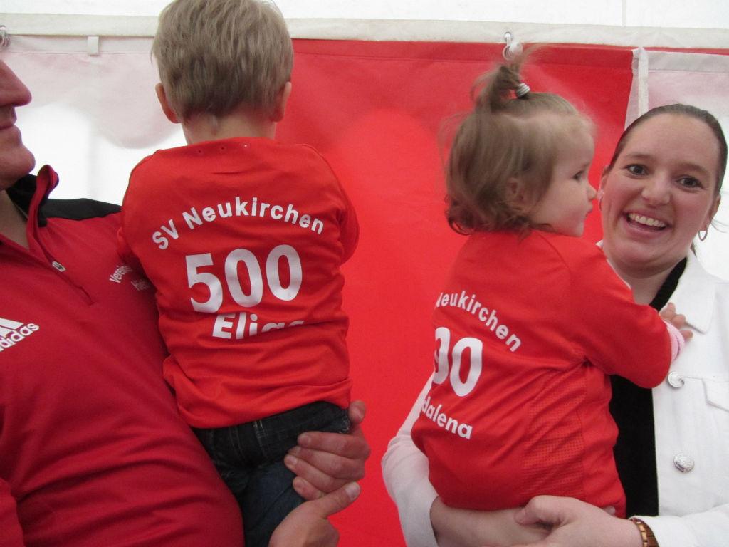 die beiden 500. Mitglieder Magdalena Zimmerer und Elias Exner mit Ihren neuen SVN Trikots